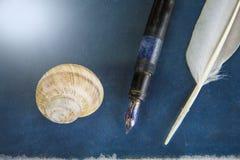 Pluma vieja con la pluma en un libro imagen de archivo libre de regalías