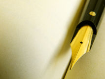 Pluma vieja de la escritura en el pergamino Fotografía de archivo