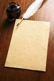 Pluma vieja del papel en blanco y de canilla Foto de archivo libre de regalías