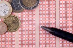 Pluma y boleto de lotería de la loteria del bingo con el dinero euro y los números Foto de archivo