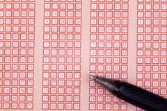 Pluma y boleto de lotería de la loteria del bingo con números Fotos de archivo libres de regalías