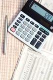 Pluma y calculadora. fotos de archivo