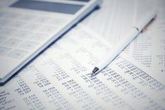 Pluma y calculadora de la contabilidad financiera foto de archivo