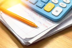Pluma y calculadora en el papel de cuenta de hogar Fotografía de archivo libre de regalías