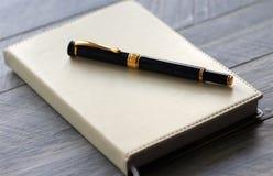 Pluma y cuaderno Foto de archivo