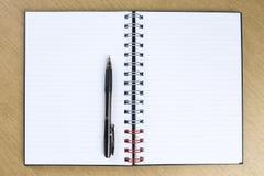 Pluma y cuaderno abierto espacio en blanco Fotos de archivo libres de regalías