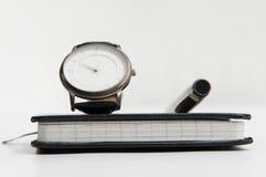 Pluma y cuaderno del reloj fotos de archivo libres de regalías