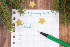 Pluma y cuaderno para planear resoluciones y metas de los Años Nuevos Imagen de archivo libre de regalías