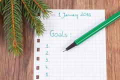 Pluma y cuaderno para planear resoluciones y metas de los Años Nuevos Fotografía de archivo
