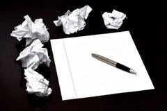 Pluma y documento sobre el escritorio con ideas Trashed desechadas foto de archivo