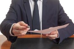 Pluma y documentos de ofrecimiento del hombre de negocios para firmar Fotos de archivo libres de regalías
