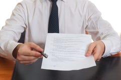 Pluma y documentos de ofrecimiento del hombre de negocios para firmar Fotos de archivo
