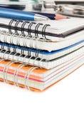 Pluma y lápiz en el cuaderno aislado en blanco Fotografía de archivo libre de regalías