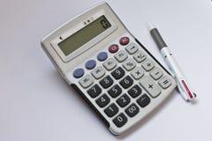 Pluma y la calculadora Imagen de archivo libre de regalías