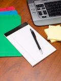 Pluma y libreta con los ficheros en el escritorio de oficina fotos de archivo libres de regalías