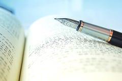 Pluma y libro Foto de archivo
