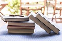 Pluma y libros cerrados Fotos de archivo