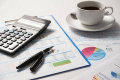 Pluma y papel del informe, negocio conceptual Fotografía de archivo