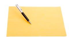 Pluma y papel llano del color Imagen de archivo libre de regalías