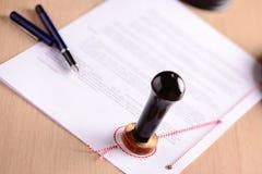 Pluma y sello del público de notario en el testamento imagen de archivo