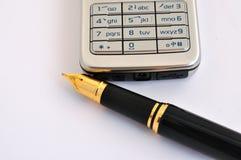 Pluma y teléfono celular Fotografía de archivo libre de regalías