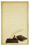 Pluma y tinta de canilla de Grunge fijadas sobre el pergamino Foto de archivo