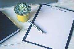 Pluma y un cuaderno en el lugar de trabajo Imágenes de archivo libres de regalías