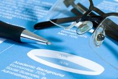 Pluma y vidrios en la carta común. Imagen de archivo