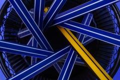Plumas azules y una pluma amarilla en tenedor del metal Concepto de la individualidad Imagen de archivo