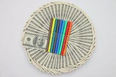 Plumas coloreadas para los billetes de dólar que colorean Imagen de archivo libre de regalías
