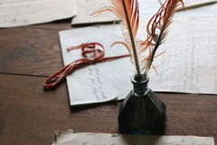 Plumas de canilla antiguas en tintero Fotos de archivo libres de regalías