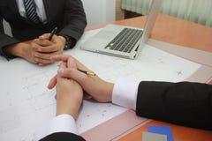 Plumas de tenencia del hombre de negocios y hacer frente a concepto de las ideas del diseño foto de archivo