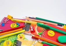 Plumas, lápices, borradores, con smiley y un sistema de cuadernos Imagenes de archivo