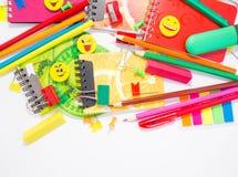 Plumas, lápices, borradores, con smiley y un sistema de cuadernos Fotografía de archivo