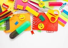 Plumas, lápices, borradores, con smiley y un sistema de cuadernos Fotos de archivo libres de regalías