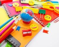 Plumas, lápices, borradores, con smiley y un sistema de cuadernos Foto de archivo