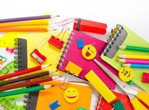 Plumas, lápices, borradores, con smiley y un sistema de cuadernos Fotos de archivo