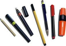 Plumas, lápices y etiquetas de plástico Foto de archivo libre de regalías