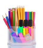 Plumas, lápices y etiquetas de plástico brillantes en sostenedor Foto de archivo libre de regalías