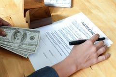 Plumas y dólares a disposición con los documentos y el modelo del acuerdo hous fotografía de archivo libre de regalías
