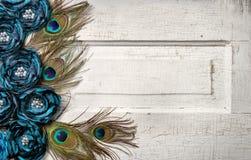 Plumas y flores del pavo real en puerta de la vendimia Foto de archivo