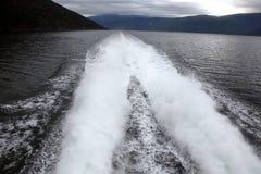 Plume da una barca veloce sull'acqua fotografia stock libera da diritti
