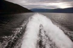 Plume da una barca veloce sull'acqua immagini stock