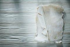 Plume lo strato di carta sgualcito annata sul bordo di legno immagini stock libere da diritti