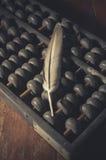 Plume sur le vieil abaque, vintage filtré Photos libres de droits