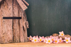 Plumeria με τον ξύλινους ανεμόμυλο και τον πίνακα κιμωλίας στοκ εικόνες