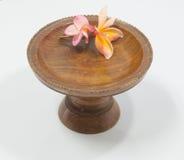 Plumeria kwitnie na rocznik drewnianej tacy zdjęcie royalty free