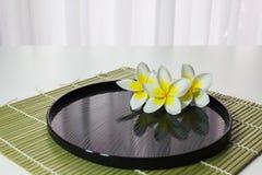 plumeria lub frangipani na wodzie z odbiciem w medytaci w ten sposób Obraz Stock