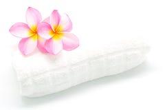 Plumeria rose avec la serviette Photographie stock libre de droits