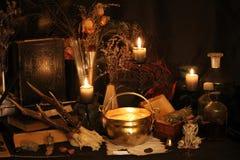 Plumes de paon de sorcellerie et fond de bougie Images libres de droits